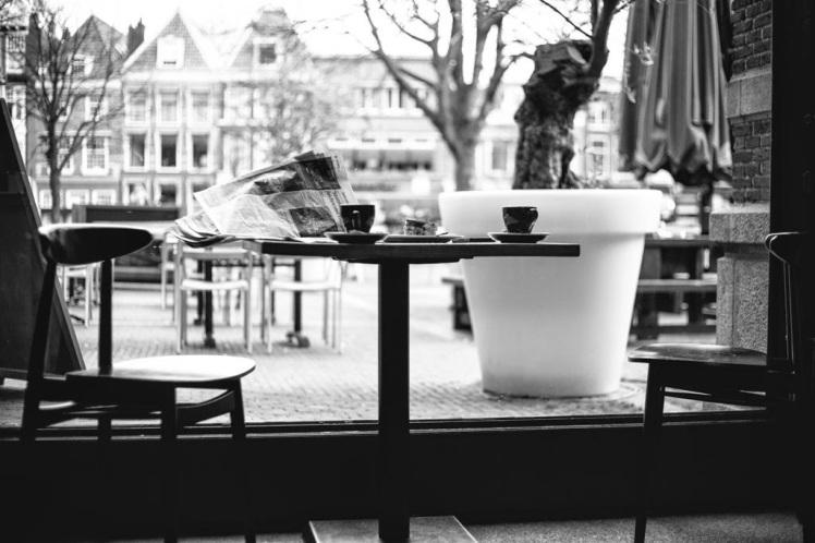 Een_krant_en_koffie_mooi_begin_van_de_dag_bij_Italian_bar_bistro_City_Hall